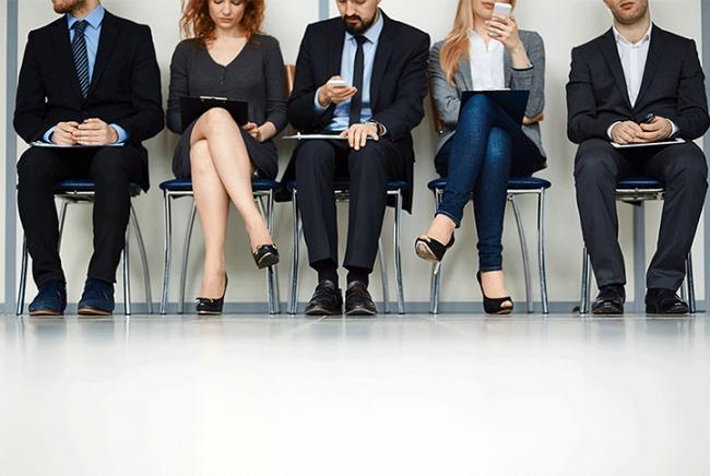 mladi-ljudi-čekaju-u-redu-na-razgovor-za-posao