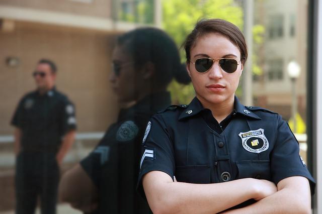 prekrižene ruke policajke
