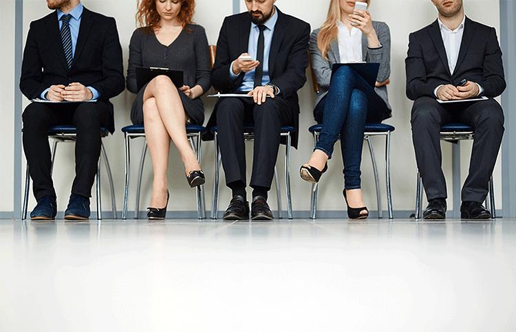 mladi ljudi čekaju uredu na razgovor za posao